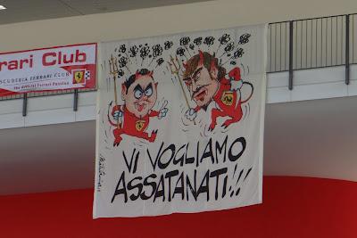 баннер болельщиков Ferrari на тестах в Муджелло 1 мая 2012