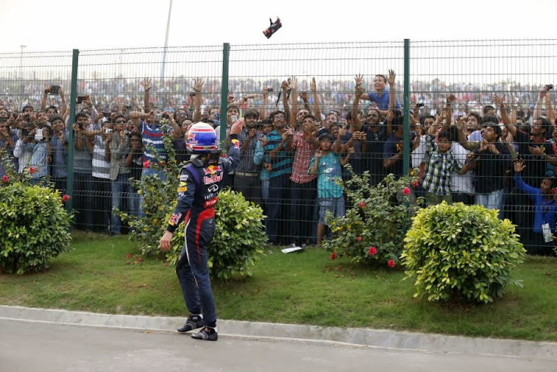 Марк Уэббер кидает перчатку болельщикам после схода с дистанции из-за механических проблем на своем Red Bull на Гран-при Индии 2013