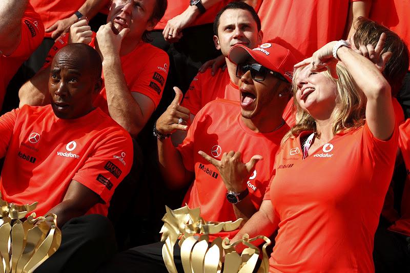 Льюис Хэмилтон Энтони Хэмилтон Сэм Майкл празднуют победу на Гран-при Венгрии 2012