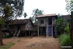 Domy na palach przypominają nam osady z Birmy, choć wydają się być bogatsze