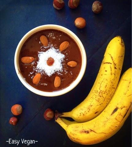 Smoothie bowl cremosa alla Veg-tella (cioccolato e nocciola) - Questa smoothie bowl è ottima per la colazione, ma è così buona che la adoro anche come merenda o dessert! Cremosa, dolce, cioccolatosa e nocciolosa!