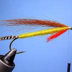 3. Niezbyt obfity pęczek brązowej sierści ( wiewiórka, lis) uwiązany od góry tworzy skrzydełka.