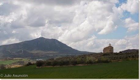 Ermita de San Miguel Arcángel - Villatuerta- Navarra - Al fondo el Montejurra