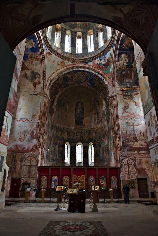 Interiorul extrem de luminos si colorat al manastirii Gelati.