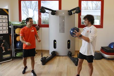 Фелипе Масса и Фернандо Алонсо играют в мячик на открытии нового тренажерного зала в Маранелло 17 декабря 2011