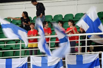 болельщицы Кими Райкконена с финнскими флагами на трибунах Куала-Лумпура на Гран-при Малайзии 2014