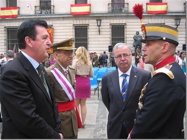 """El Hermano Mayor –Presidente y el Secretario General dialogando con el Teniente General García Sánchez y el Coronel Jefe del Regimiento """"Inmemorial del Rey"""" 1"""