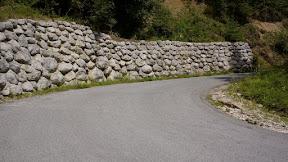 Ženi je všeč takle obcestni zid. Lepši kot betonski.