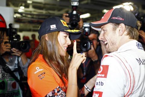 Джессика Мичибата показывает палец Дженсону Баттону на Гран-при Японии 2011