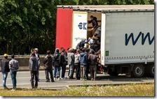 Migranti saltano su un tir
