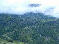 Über Allemont und Vaujany hoch zum Col du Sabot (2100 m). Blick auf die gegenüberliegende Hangstraße mit einer ganz enormen Steigung.