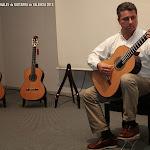 Javier García Moreno prueba el primer modelo que Guitarras Alhambra ha traido para mostrarnos.