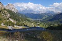 Bei der Abfahrt vom Grödner Joch (2121m) nach Corvara in Badia unten im Tal.