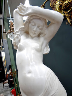 Скульптура девушки. Мрамор. 19-й век. Высота 120 см.