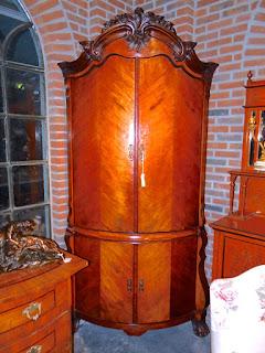 Богатый антикварный угловой шкаф ок.1800 г. Четыре дверки, внутри встроенные два ящичка.