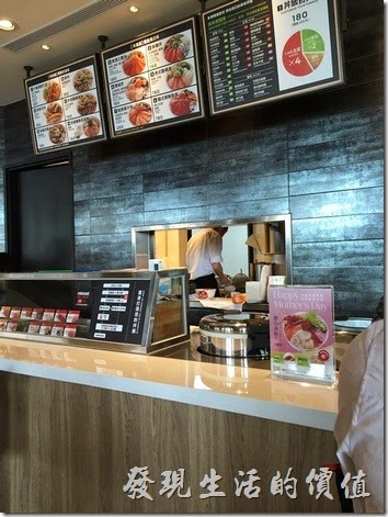 飯樂丼的在南港中信總部三樓美食街的櫃位(異國料理區)。