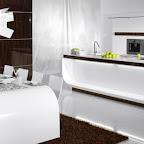 moderní-dýhovaná-kuchyně-Galaxie-Hanák-vysoký-lesk-bílá-dýha-ostrov-potravinová-skříň-667x409.jpg