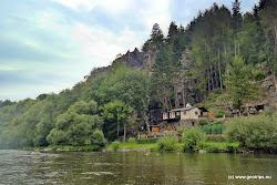 Oblast Perštejnských skal je zasazena do krásné přírody bezprostřední v blízkosti řeky Ohře. Nabízí spíše lehčí cesty (120 cest v 17 ti sektorech) najde se zde i několik těžších cest, zejména v Jižní stěně, která je i nejdůstojnějším masivem v oblasti.