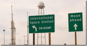 17set2013---a-base-do-centro-espacial-wallops-na-virginia-eua-recebeu-duas-divertidas-placas-de-sinalizacao-com-direcao-para-a-estacao-espacial-internacional-e-para-a-lua-a-brincadeira