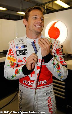 Джон Баттон медленно снимает комбинезон на Гран-при Венгрии 2011