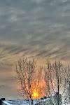 Sonnenaufgang über schneebedeckten Dächern