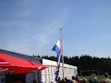 Het hijsen van de Nederlandse vlag (tijdens het zingen van het volkslied).