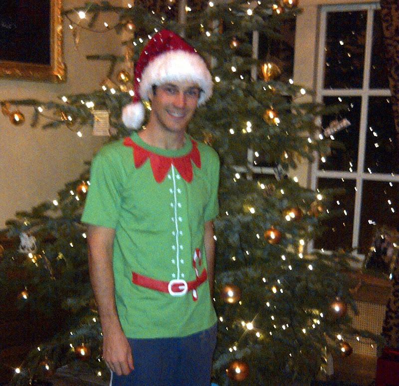 Бруно Сенна в красной шапке под рождественской елкой