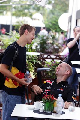 Себастьян Феттель подошел к Эдриану Ньюи в паддоке Сингапура на Гран-при Сингапура 2011