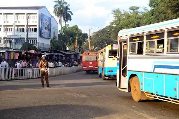Полицейский-регулировщик и автобусы, Канди, Шри Ланка