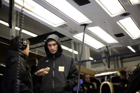 Аяо Комацу и Виталий Петров обсуждают что-то в боксах Lotus Renault на Гран-при Турции 2011