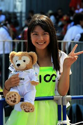 Nico Mana с плюшевым медвежонком на Гран-при Японии 2012