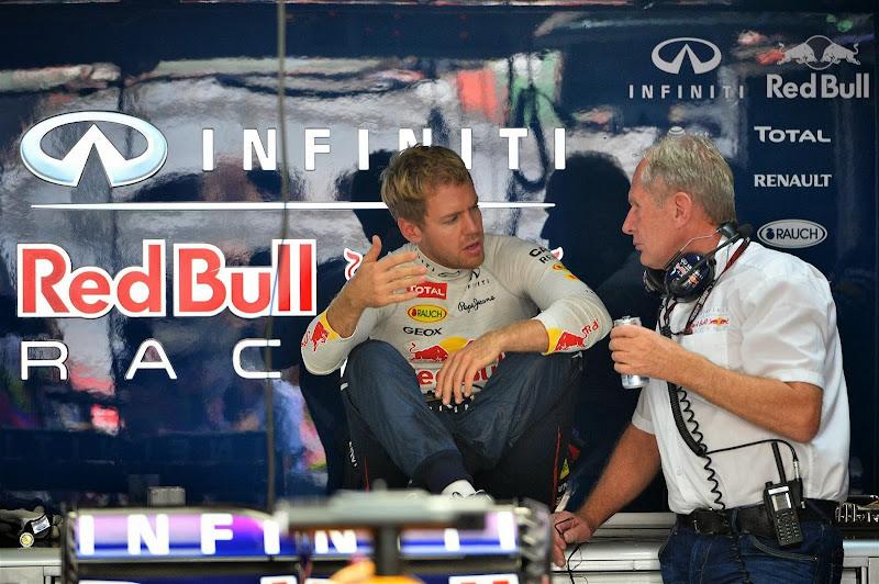 Себастьян Феттель и Хельмут Марко в боксах Red Bull на Гран-при Индии 2013