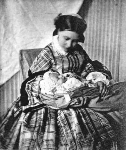 Vicky con su primogenito, futuro Guillermo II de Alemania