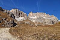 """Auf dem Scheitel des Passo Pordoi (2239m). Die Seilbahn """"Sass Pordoi"""". Sie führt auf den plateauförmiger Felsgipfel mit gleichem Namen."""