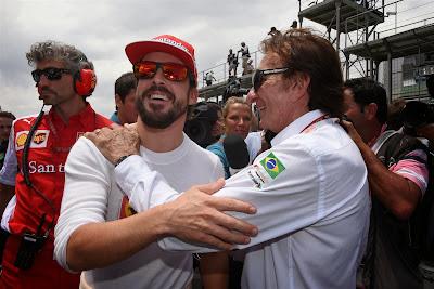Фернандо Алонсо и Эмерсон Фиттипальди обнимаются на стартовой решетке Интерлагоса на Гран-при Бразилии 2014