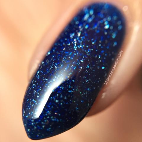 blue-nail-polish-holographic-glitter