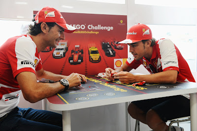 Педро де ла Роса и Фернандо Алонсо собирают лего Ferrari на Гран-при Венгрии 2013