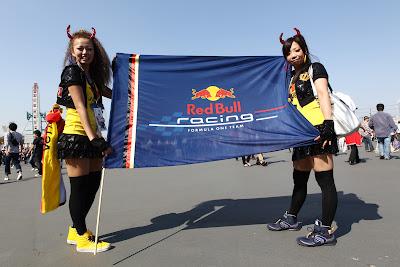 болельщицы Себастьяна Феттеля и Red Bull с рожками и флагом на Гран-при Японии 2011