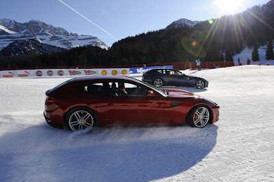 Фернандо Алонсо и Фелипе Масса на машинах Ferrari едут по горнолыжному спуску на Wrooom 2012