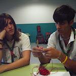 Dani e Iván haciendo pulseras