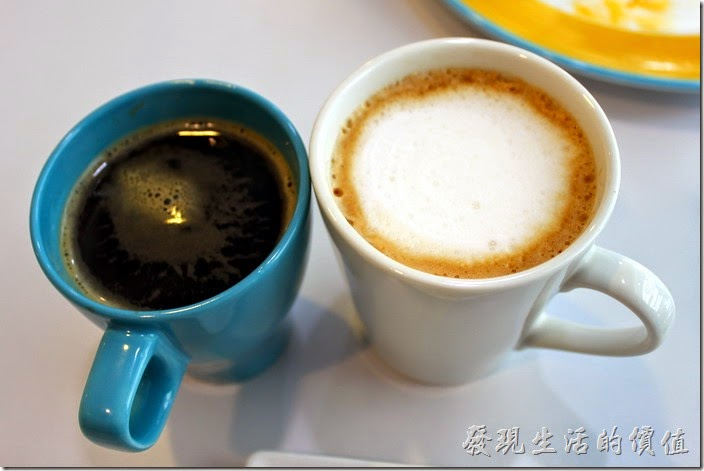 台南-白色曙光早午餐。餐後飲料,一杯有機黑咖啡,一杯拿鐵。拿鐵是選擇升級B套餐後的飲品,這裡的咖啡喝起來燒帶點苦澀及酸味,不能說淡,可能是工作熊還喝不太習慣吧!