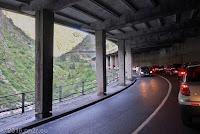 Die Schöllenenschlucht bei Andermatt.  An Tag 4 wird von hier ein ganz besonderes Schmankerl abgehen: Ein unscheinbarer Abzweig führt aus dieser Galerie über eine alte Militärstraße hinauf zum Bäzberg.