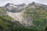 Bildausschnitt des vorhergehenden Fotos. Der vom Gletscher blankgeschliffene Felsabbruch ins Rhonetal. Rechts daneben das Hotel Belvédère, an dem der Gletscher in seiner Hochzeit bis auf nur wenige Meter heranreichte.