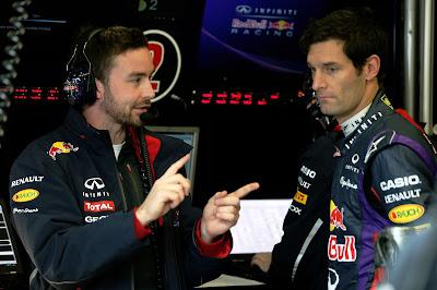 Марк Уэббер со своим гоночным инженером Саймоном Ренни на предсезонных тестах в Хересе 5 февраля 2013
