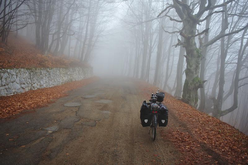 Atmosfera perfecta de pedalat pe drumuri pustii.