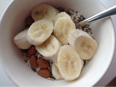 Yoghurt met noten, zaden en banaan