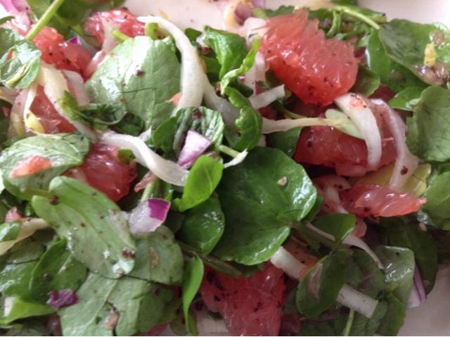 Salade van roze grapefruit en sumak