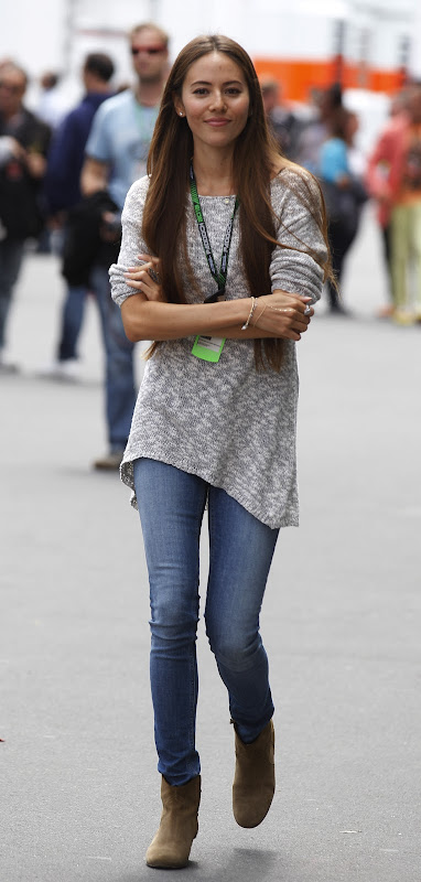 Джессика Мичибата гуляет по паддоку Нюрбургринга на Гран-при Германии 2013