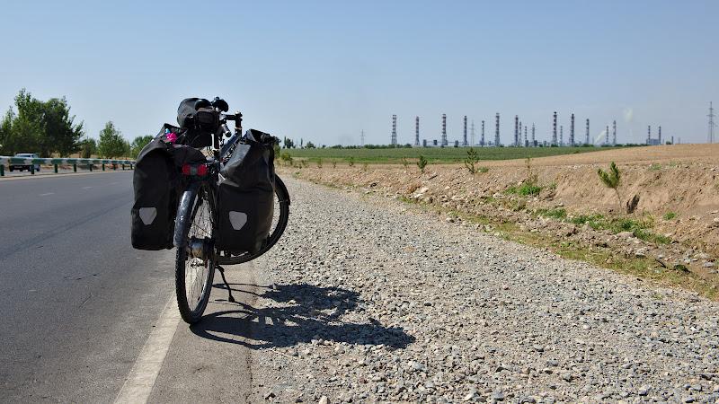 Ultimii kilometri in Tadjikistan, pe langa fabrica de aluminiu de la Tursunzonda.