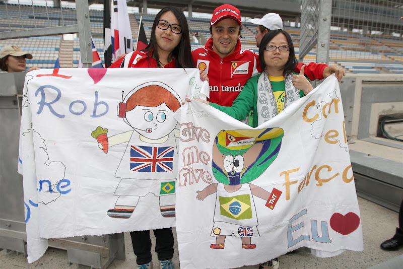 Фелипе Масса фотографируется с болельщиками на Гран-при Кореи 2012